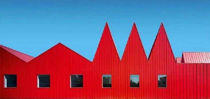 Arquitectura pintada de rojo