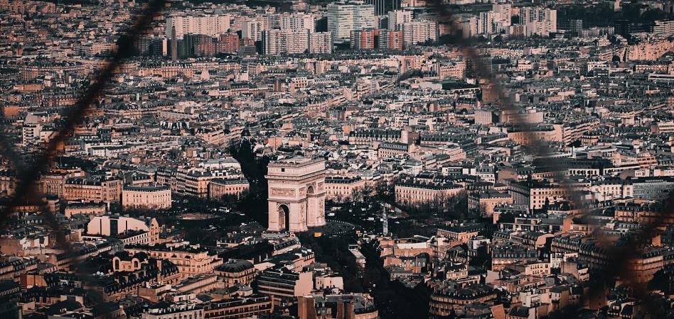 """París se transforma tras el Covid-19. El programa electoral de Anne Hidalgo, recién reelegida como alcaldesa de París, está dando la vuelta a Europa. Una pandemia mundial le ha dado la razón a la veterana inquilina del Hôtel de Ville de la capital francesa y su plan para empoderar al peatón y elevar la bicicleta al transporte principal de los parisinos ha traspasado fronteras para convertirse en el modelo de la ciudad post Covid-19.  A lo largo de la historia, París ha sido objeto de transformaciones urbanas faraónicas, como la realizada por Georges-Eugène Haussmann en el siglo XIX por orden de Napoleón III, que implicó la demolición de 19.730 edificios históricos y la construcción de 34.000 nuevas viviendas.  Esa reforma puso las bases de la capital francesa moderna, compuesta por grandes avenidas y plazas. Además, la gran reforma de Haussman también luchaba contra las pandemias: con un sistema de cloacas, baños púbicos y la canalización de agua potable, el urbanista francés intentaba eliminar el tifus y el cólera de la ciudad.   París albergó una gran transformación de la mano de Haussman en el siglo XIX  Le Corbusier, uno de los arquitectos más influyentes del siglo XX y considerado padre de la arquitectura racionalista, también quiso dejar su huella en la capital francesa. El Plan Voison, que coge el nombre de la marca de automóviles que se ofreció a financiarlo, pasaba por esponjar aún más la ciudad y facilitar la circulación de automóviles por grandes avenidas bajo la máxima de que """"una ciudad hecha para la velocidad es una ciudad hecha para el éxito"""".  El urbanista quería derribar400.000 metros cuadrados de edificios a orillas del Sena para levantar grandes rascacielos y formar zonas verdes. Y aunque el proyecto de sirvió para elevar el racionalismo y el higienismo con el que luego crecieron otras grandes ciudades como Nueva York, jamás llegó a realizarse.  Tras la Segunda Guerra Mundial y el auge de la inmigración en la capital, las políticas viraron hacia l"""