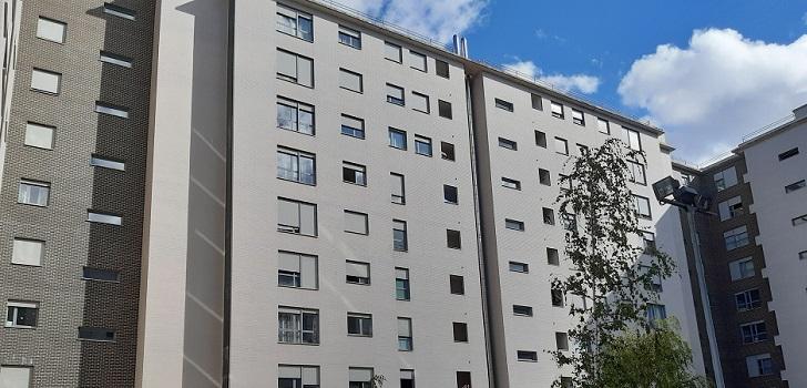 """Catella compra dos edificios de vivienda protegida en Vitoria por 51 millones La operación se enmarca en la compra de otros dos proyectos residenciales, ubicados en Viena (Austria) y Hamburgo (Alemania) por un total de 147 millones de euros.   Catella se lanza a por la vivienda protegida. La gestora de fondos alemana ha cerrado la compra de dos edificios destinados al alquiler social en Vitoria por 51 millones de euros, en la que ha sido la primera operación en el segmento de la vivienda protegida en País Vasco. Los inmuebles suman 500 viviendas y cuentan con una ocupación del 100%.  Esta operación se enmarca en la compra de otros dos proyectos residenciales, ubicados en Viena (Austria) y Hamburgo (Alemania) por un total de 147 millones de euros. De este modo, Catella alcanza una inversión de 1.500 millones de euros con el fondo Catella European Residential (CER).  La directora de Catella European Residental Fund, Viktoria Hoffman, ha asegurado que la """"adquisición de Vitoria complementa la cartera en el segmento de vivienda de alquiler asequible, una característica clave de la estrategia de inversión""""."""