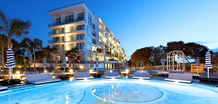 """Azora continúa apostando por el sector hotelero. La compañía liderada por Fernando Gumuzio y Concha Osácar y Palladium Hotel Group han creado una nueva compañía para invertir conjuntamente en el sector hotelero vacacional en Europa. El acuerdo de ambas empresas contempla un compromiso de inversión de hasta 500 millones de euros en la implantación de las marcas de lujo del grupo hotelero en otros destinos de Europa y el Mediterráneo.  La nueva joint venture, de la cual Azora posee el 75%, ha iniciado su actividad con la compra de tres complejos hoteleros por un total de 115 millones de euros. A esta cifra hay que sumar la inversión prevista para el reposicionamiento del activo, de 110 millones de euros, sumando una inversión inicial de 225 millones de euros.  La operación incluye el Bless Hotel Ibiza, con 151 habitaciones y categoría de cinco estrellas gran lujo; Fiesta Hotel Tanit, de 440 habitaciones y tres estrellas, y Fiesta Sicilia Resort, con un total de 529 habitaciones y cuatro estrellas.  Bless Hotel Ibiza abrió sus puertas el pasado mes de junio y ha sido objeto de una reforma integral, pasando de 305 habitaciones a 151 estancias y, de una categoría de tres estrellas, a cinco estrellas gran lujo. Esta operación se enmarca en la estrategia de ambas empresas, que apuestan por el reposicionamiento de los hoteles. """"La creación de esta alianza se engloba dentro de nuestra firme decisión de seguir invirtiendo en el sector de hoteles vacacionales, con una estrategia de transformación de activos situados en ubicaciones únicas de la mano de un grupo líder en innovación del sector hotelero de vanguardia como Palladium Hotel Group"""", asegura Concha Osácar, socia fundadora de Azora."""