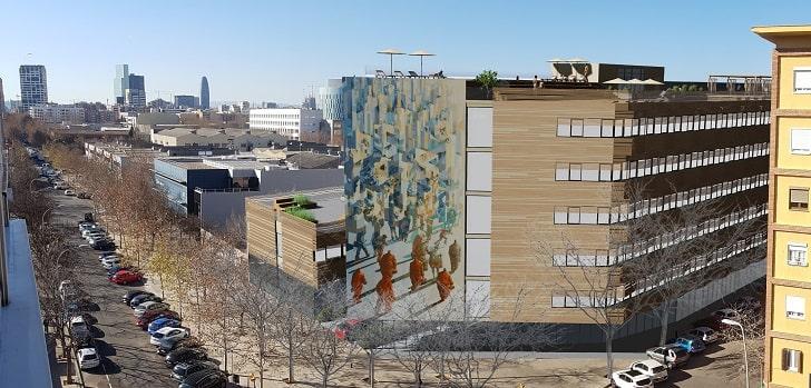 """Corestate Capital Holding entra en Barcelona. El fondo de inversión con sede en Luxemburgo invertirá treinta millones de euros en levantar un edificio de apartamentos para estudiantes en el número 489 de la calle Pallars, en el distrito tecnológico de la ciudad y cerca de la Universidad Pompeu Fabra, según han confirmado fuentes de la empresa a EjePrime.  El inmueble, diseñado por el estudio de arquitectura Lluís Tejero Arquitectos, tendrá una superficie neta alquilable de 4.550 metros cuadrados y ofrecerá 257 apartamentos con 265 camas. El edificio contará con un área de coworking, abierta también a usuarios externos, así como dos terrazas, una piscina y un gimnasio.  El proyecto estará operado por el proveedor de viviendas para estudiantes de la compañía, Youniq, y estará listo para 2022. La compañía ya gestiona otros cuatro centros en España bajo esta marca, entre los cuales se encuentra su primer proyecto de residencias de estudiantes en el país, con 206 habitaciones en el distrito de Moncloa, en Madrid.  El grupo tiene también un edificio en fase de desarrollo en Valencia y, en 2020, prevé abrir las puertas de su residencia ubicada en el campo de Eusa, en Sevilla, con 413 camas. Recientemente, la compañía liderada en España por Christopher Hütwohl ha adquirido una parcela en la calle Santiago Diego Madrazo, próxima a la Universidad de Salamanca, para desarrollar una residencia de 301 camas con una inversión prevista de 25 millones de euros.   Corestate tiene seis proyectos cerrados en España, con una valoración total de la cartera de 230 millones de euros  En total, la empresa tiene seis desarrollos asegurados, con una valoración total de la cartera de 230 millones de euros. Sin embargo, sobre esta última iniciativa no ha trascendido ningún detalle.  """"Estamos implementando nuestra agenda de crecimiento europeo según lo planeado y la ubicación en Barcelona representa el siguiente componente para lograr el liderazgo del mercado europeo en el segmento de las resid"""
