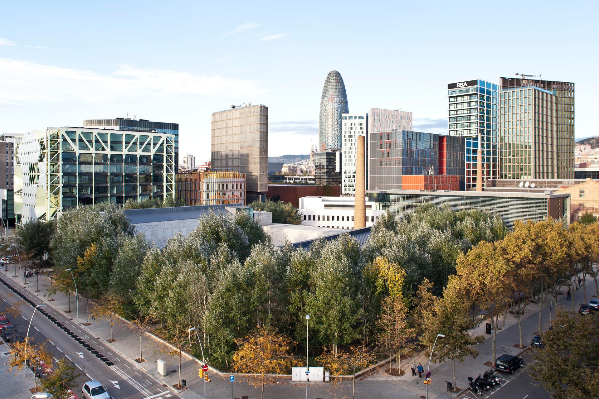 Altamira vende un edifico de oficinas en el 22 a un for Oficinas banco santander en barcelona