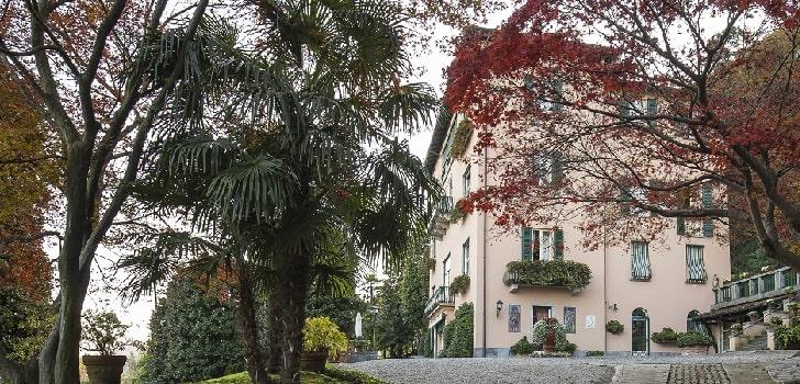 Donatella Versace compra Villa Mondadori Donatella Versace compra Villa Mondadori por cinco millones de euros. La diseñadora italiana ha adquirido la finca, de más de 1.400 metros cuadrados, que pertenecía a la familia propietaria de la editorial desde la década de 1920.  El inmueble, uno de los más famosos de Italia, está situado al norte del país transalpino y ha costado cinco millones de euros. Consta de más de 50 habitaciones, de las cuales veinte son dormitorios y doce son baños. Además, tiene un gran jardín que da al lago Maggiore.  En sus aposentos han dormido personajes como Walt Diseny, George Simenon, Thomas Mann o Ernest Hemingway, entre otros, que dejaron sus firmas en la pared sobre la chimenea como